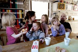 Hela familjen samlad vid matbordet. Familjen Bergström består av fyraåriga Lovisa, mamma Elin, treårige Albin, åttaåriga Linnea, sexåriga Matilda och pappa Daniel.