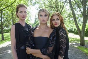 Synnøve Macody Lund, Cecilia Forss och Beate Bille spelar de svarta änkorna i