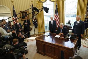 Donald Trump möter pressen efter att hans lagförslag dragits tillbaka.