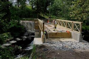 Om två veckor ska nya gångbron över Kramforsån öppnas - om inte all vandalism saboterar bygget.