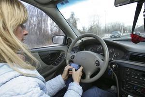 Många svenskar tittar på mobilen när de egentligen borde ha ögonen på vägen.