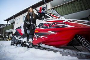 Eleonor Wikstens Polaris 500 väger fem gånger så mycket som henne själv.