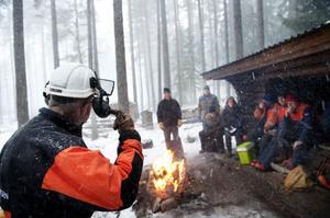 Skogsstyrelsens Leif Södervall ger tips till privata skogsägare om hur man ska agera säkrast vid arbete i skogen. Ett 15-tal lyssnade i Rankhyttan.