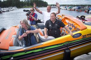 Båtföraren Leif-Ivan Karlssons glada gäng med bland annat en fotograf från TV3 som filmade evenemanget.