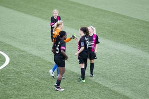 Fem av förgrundsfigurerna när IFK Timrå besegrade Bik Sk med 5-1. Målskyttarna Bupe Okeowo, Linnea Jensen, Wilma Josefsson och Anna Evans tillsammans med lagets målvakt Hannah Clark.