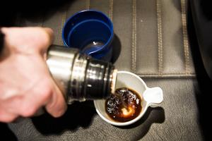 Ljummet kaffe är bättre än inget, macken är stängd och klockan är halv fyra på morgonen.
