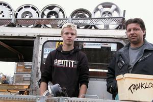 Kimmy och Fredric Sjöberg från Runemo hade plockat ihop grejer från verkstaden och garaget för att göra mer plats där. Fredric berättar att han brukar åka till veteranmarknaden i Söräng och så i Homna. Försäljningen rullade på.
