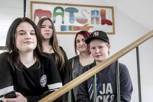 Cecilia Linding, Ilona Kron Olsson, Kristin Borgman och Elin Åström i 8A på Vågbroskolan säger att maten flera gånger sinat i skolbespisningen.