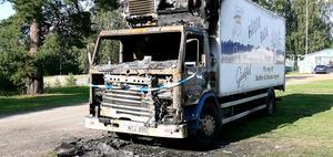 Bilhytten blev helt utbränd vid branden, som misstänks vara anlagd.