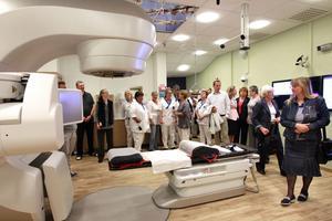 Först i Skandinavien. Igår invigdes den nya avancerade strålbehandlingsmaskinen på onkologikliniken på Centrallasarettet. Den är mer användarvänlig för personalen och ger färre biverkningar för patienterna.