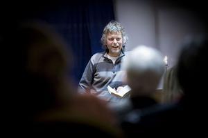 Jan Arnald fängslade publiken i Ljusdal genom att bland annat berätta om sin pseudonym Arne Dahl som lett till elva deckare.