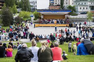 Svenska Kyrkan höll gudstjänst i Sollefteå stadspark och hundratals människor fanns på plats. All kollekt från gudstjänsten skänker Svenska kyrkan nu till ideella föreningen