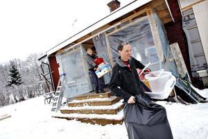 Sara Masser och Patrick Eriksson i Järbo, som här rensar ut ur det gamla huset, har haft Arga Snickaren med byggteam och tv-team hos sig under veckan. I dag ska allt vara klart och trebarnsfamiljen slipper leva i ett byggprojekt.