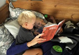 Att läsa för sina barn när de är små ger dem både ett bättre ordförråd och en bättre läsförståelse senare i livet.