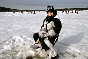 Elis Rotberger ägnar sig åt pimpelfiske under sportlovet. Han åker även skidor både på längden och tvären.