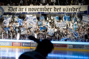 Strax före nedsläpp påminde Leksands superstars hemmaspelarna om den makalösa fjolårssäsongen genom att visa upp en banderoll med texten