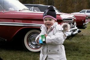 Lilla Joline Larsson från Mora rörde sig vant vid de gamla fina bilarna, som stod parkerade i Lobonäs. Mamma Emilia berättade att de mest hade gått runt och kollat på marknaden utan att ha någon speciell vara i sikte.