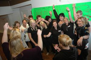 GLÄDJE. Ungdomsnätverket och studieförbundet NBV firade på tisdagen att de fått miljoner till att anställa tre personer i Hälsohuset.