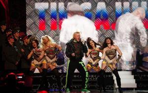"""Grotescogänget med Michael Lindgren i spetsen framför sin ryska version av """"Tingeling"""" på Melodifestivalens final i Globen."""