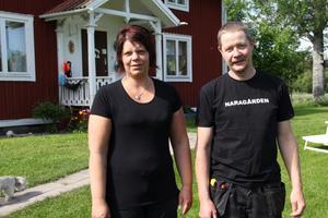 Det vi vill är att ha en farbar väg under tiden överklagandet pågår, att Trafikverket har en dialog med oss boende om vad som händer och att vi får skadestånd för de bilskador som har blivit, säger Evelina Woxmark och Dan Persson vid Naragården i Öratjärn.
