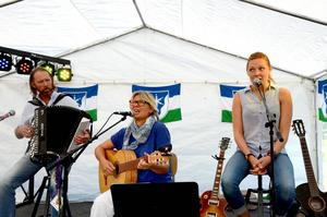Många kom och lyssnade på sång och musik ifrån den norska sidan vid campingen i Gäddede. Här ses familjen Björnar, Toril och dottern Edel Holand som spelade dragspel, gitarr och sjöng.