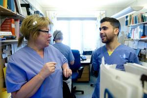 Zaher Sannoufi i samtal med handledaren Helena Decker på kontoret.