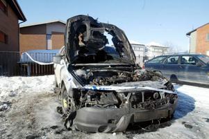 Östersund.Klockan tre i går natt fick SOS larm om att en parkerad bil på Grundläggargränd i Östersund brann.Bilen totalförstördes men ingen människa kom till skada. Två andra bilar på parkeringen skadades.Polisen misstänker att någon har tänt på bilen.– Vi tror inte att det har börjat brinna av sig själv och vi  hittade en flaska vid bilen med en vätska som vi ska analysera. Nu ska våra tekniker titta på bilden, berättar vakthavande befäl Maria Könberg.