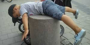 Treårige Felix provar planking.