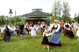 Dansen gick kring midsommarstången på Stenegård till toner av Järvsö spelmanslag.