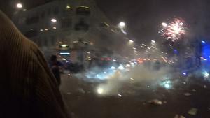 Möllevångstorget i Malmö under nyårsfirandet. Raketer skjuts rakt in bland människor.