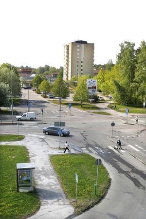 Här ska det gå runt. En ny rondell ska byggas på Tråddragargatan i korsningen vid infarten till Skiljebo centrum.