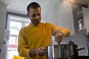 Att laga mat är en av Aiham Koushas uppgifter på Stråtjäragården.
