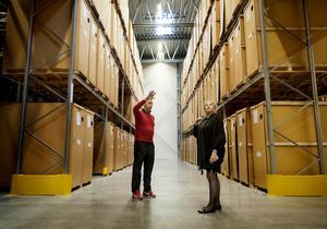 Mikael Stackelius driver Trucker AB tillsammans med sin far Björn. Här visar han lagerlokalerna för handelsminister Ewa Björling.