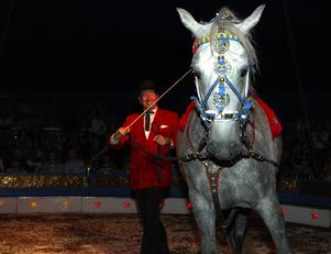Pavel Doubek piskade sin häst till att göra olika konster. Foto:Staffan Alberts