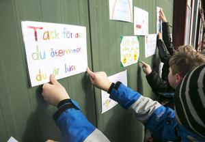 Eleverna hade gjort plakat med positiva budskap som ska uppmuntra att återvinna mer.