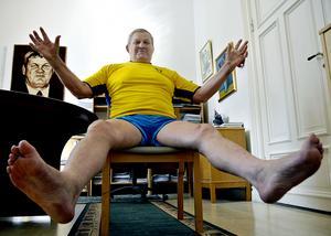 Drygt 50 år efter att den välkända brottarbilden togs bjuder Pelle Svensson på sig själv, svidar om inne på sitt kontor och manar fram en liknande barfotapose som ett halvsekel tidigare. 2017 är Svensson nu redo att även sätta punkt för karriären som försvarsadvokat och som pensionär ska han i stället skriva boken om sitt liv.