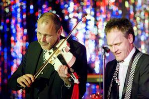 Lennart Östblom och Lasse Forsberg öser på för fullt under Tuckers julshow på Folkets hus i Sandviken.