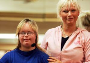 Caroline Näslund tränar för sin inledning av Framtidsgalan. Här med Anneli Ekman.