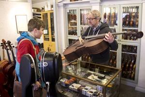 Torsten Molitor har rest ända från Katrineholm för att få hjälp med sin knarrande cello.