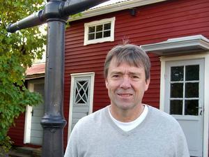 HIT FLYTTADE SVARVERIET. Lennart Wall, son till svarvare Wall, framför längan på Söder i Gävle där svarveriet låg de sista åren. För ett par år sedan överlämnade Lennart Wall verkstadens maskiner och övriga inventarier till länsmuseet.