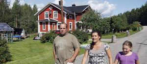 Marco, Sonja och Luna Hassoldt vill med fiske och vilda djur locka turister till Ängra.  – Utan älg är semestern inte komplett, säger Marco Hassoldt.