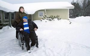 Per Lindgren tar sig ingenstans utan hjälp. I fredags blev han sittandes i 55 minuter innan taxin kom. Lillemor Larsson ifrågasätter hur färdtjänsten fungerar.