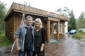 Peter och Helena Andersson har nu flyttat Renbiten till en ny lokal i klassiska Brunos kiosk.