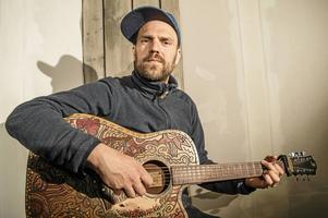 Musikern Stiko Per Larsson uppmanar alla att försöka sätta sig in i EU-valet - och sedan rösta.