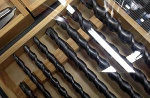 Polisen uppmanar till försiktighet då dörrknackare dyker upp hos företag och erbjuder slipning av borrar och andra verktyg.