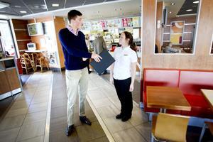 """BRA FÖR UNGA? Sveriges yngsta riksdagsledamot någonsin, Anton Abele (M), besökte McDonalds i Valbo på måndagen. Han vill sätta fokus på arbetsplatser som är en bra inkörsport för unga. """"Jag själv har förutom att vara riksdagsledamot haft olika sommarjobb"""", berättar han. Här är han med restaurangchefen Emma Lingvall."""
