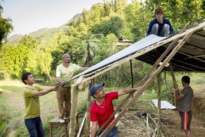 Byggarbetarna från Katmandu river och bygger nytt i Jyamrung. Foto: Jonas Gratzer