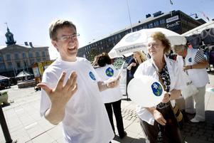 HJÄRTEFRÅGOR. Partisekreteraren Lennart Sjögren och Marianne Nygren, båda KD, berättade att två av partiets hjärtefrågor i valet till EU-parlamentet är människohandel och minskad införsel av alkohol.