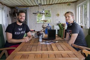 Viktor Engberg och Fabian Nordlander har riggat upp en studio i stugan. Där har de spelat in flera avsnitt av deras podcast Nörden och jag.
