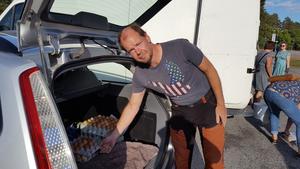 Tony Berglund är initiativtagare till Reko Västerås och hobbyodlare på Pilbo gård i Kolbäck. Han höll ett vakande öga över verksamheten den här soliga tisdagskvällen men hann även med att både hämta och lämna ut varor för egen del.